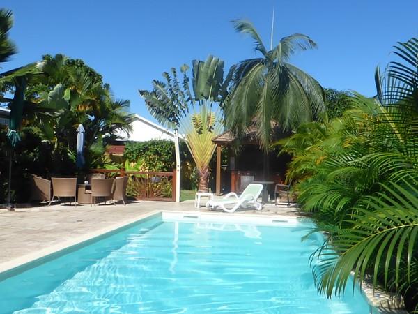 Meublé touristique avec piscine et jacuzzi à Saint-Gilles les Hauts